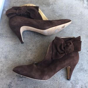 Bettye muller brown bow suede ankle booties 39 8